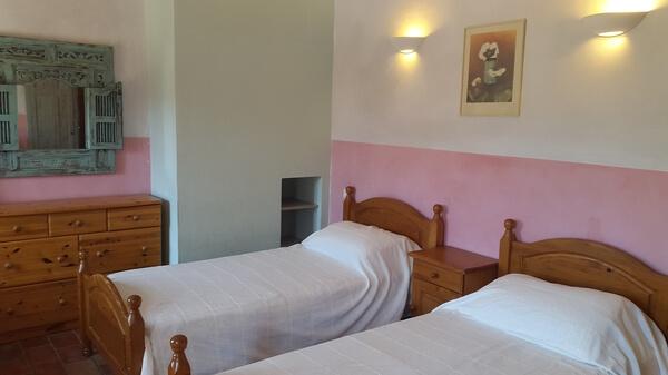 Chambre 2 ou 3 lits individuels - Vue lit